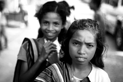 Filles vendant de l'artisanat timorais, Com.