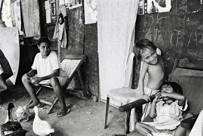 Femme et enfants des forgerons, Baucau.